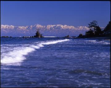 富山県高岡市雨晴海岸より望む立山連峰